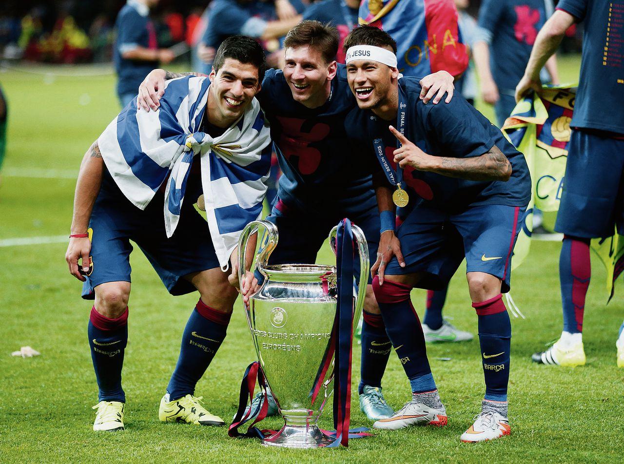 Het supertrio 'MSN' van Barcelona – Lionel Messi (midden), Luis Suárez (links) en Neymar – poseert met de beker na het winnen van de finale. Foto AP/Frank Augstein