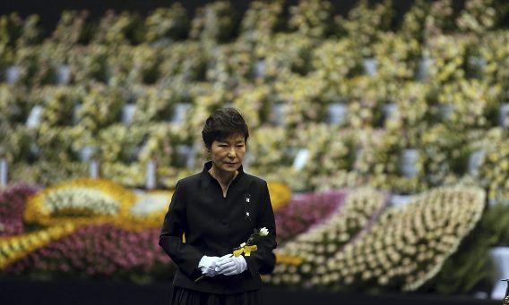 De Zuid-Koreaanse president Park Guen-hye eert de slachtoffers van de gezonken veerboot Sewol.