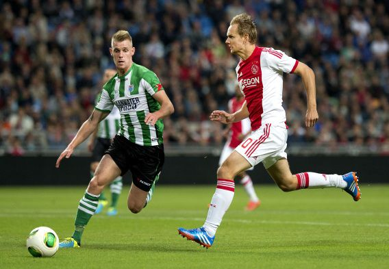 Siem de Jong (R) van Ajax in duel met Maikel van der Werff van PEC Zwolle. Ajax won met 2-1 van koploper PEC Zwolle.