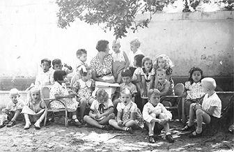Het jaar 2602. Kinderverhalen uit het Jappenkamp Regie: André van der Hout en Linda Lyklema. In: 5 bioscopen. * * * *