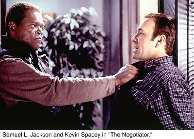 tv film The Negotiator (F. Gary Gray, 1998) Rtl4, 20.20-23.10u. Samuel L. Jackson is heerlijk als onderhandelaar in gijzelingszaken, die er door corrupte collega's ingeluisd wordt. Hij gijzelt medewerkers van de afdeling Interne Zaken om de waarheid boven water te krijgen, in een overigens tamelijk clichématige politiefilm.
