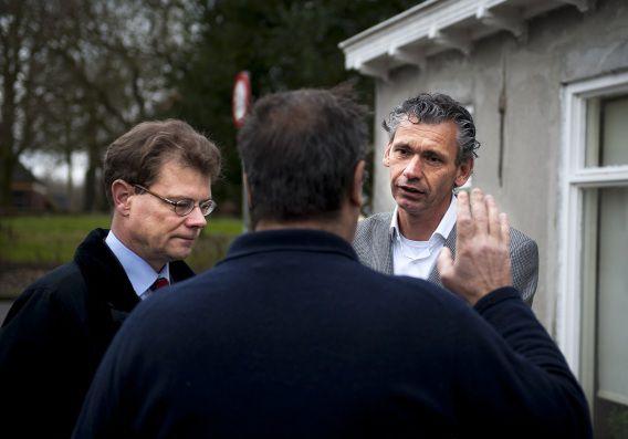 Directeur van de NAM Bart van de Leemput (l) en manager communicatie Hans Jansen in gesprek met een bewoner die schade heeft als gevolg van de aardbevingen.