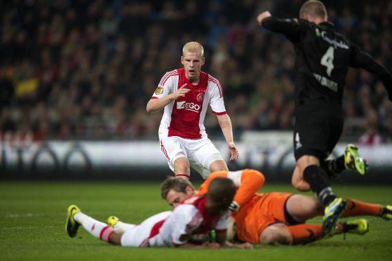 Ajax-speler Davy Klaassen ziet dat Heracles-keeper Remko Pasveer de bal pakt voordat Thulani Serero van Ajax gevaarlijk kan worden.