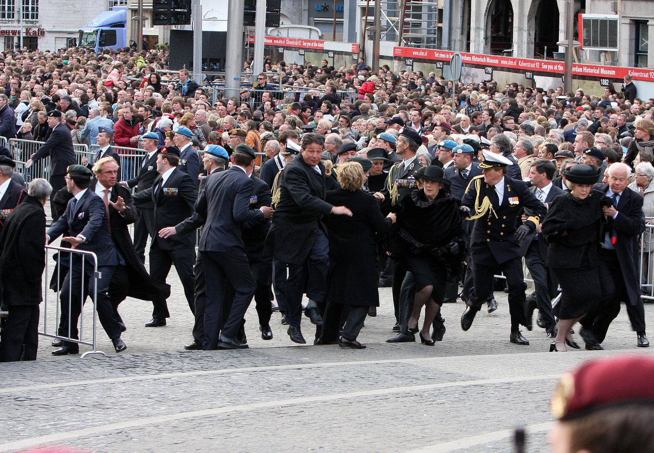 04-05-2010 Amsterdam Wearth laying ceremony at the WWII memorial at the monument op de Dam with Princess Maxima, Queen Beatrix and Prince Willem-Alexander. (c) PPE/v.d Werf PPE/Edwin Veloo Anemonenweg 52 2241 XM Wassenaar M. 06-43497725 F 084-7384869 info@ppe-agency.com www.ppe-agency.com If you have any questions please call or e-mail us with your inquiries