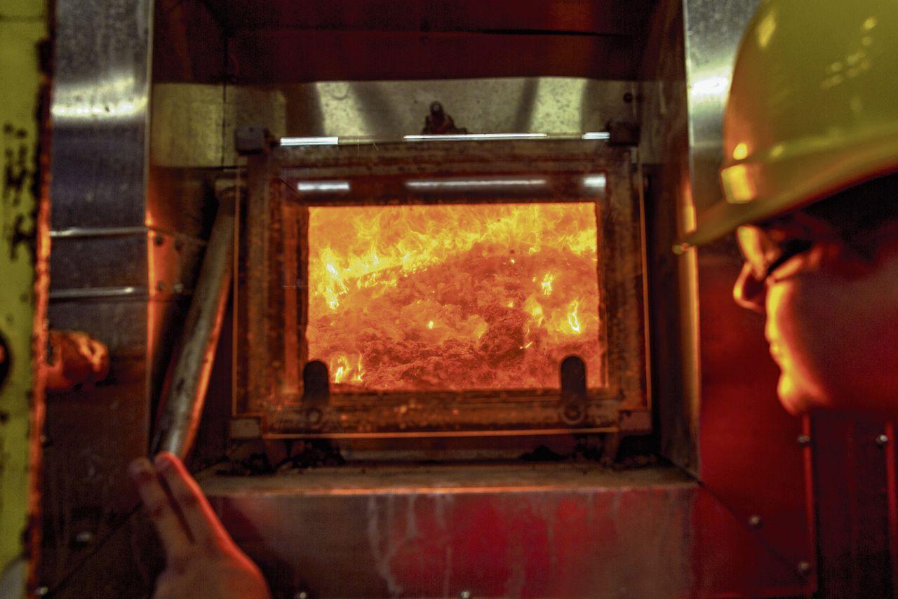 Warmte die vrijkomt bij het verbranden van afval bij de Rotterdamse afvalverbrander AVR, moet via een warmtenet bedrijven en huizen verwarmen.