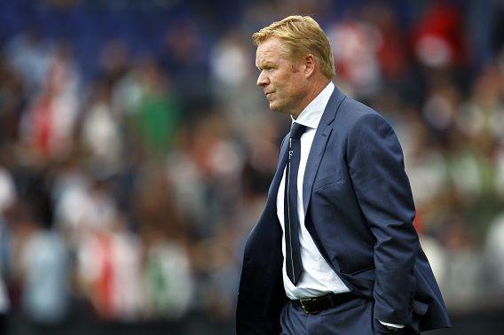 Trainer Ronald Koeman van Feyenoord verlaat teleurgesteld het veld na de 4-1 nederlaag vorige week tegen FC Twente.