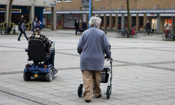 Ouderen met hulpmiddelen in Lelystad. Foto ANP / Koen Suyk