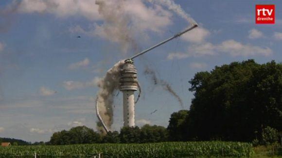 Beeld van het instorten van een deel van de zendmast, uit de video op rtvdrenthe.nl