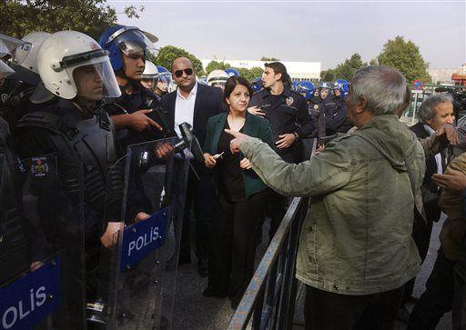 De politie houdt mensen tegen die de plek willen bezoeken waar gisteren de bomaanslag plaatsvond.