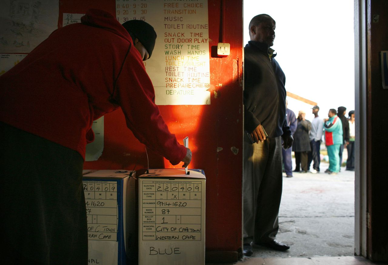 Stembusgang in Khayelitsha, een township in Kaapstad. Dat het ANC wint, staat vast. Maar volgens een van de laatste peilingen verliest de voormalige vrijheidsbeweging wel haar tweederde meerderheid. Foto Reuters A South African man casts his ballot while others wait in line to vote at a polling station in Cape Town's Khayelitsha township, April 22, 2009. South Africans voted on Wednesday in an election expected to preserve the dominance of the African National Congress despite the strongest opposition challenge since apartheid ended 15 years ago. REUTERS/Finbarr O'Reilly (SOUTH AFRICA POLITICS ELECTIONS)