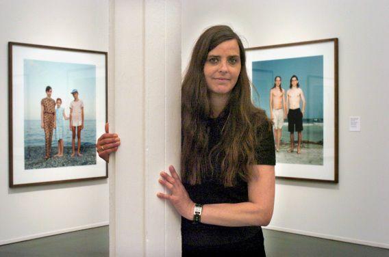 Rineke Dijkstra tussen eigen werk tijdens een expositie in Barcelona. Samen met Marlene Dumas en Erik van Lieshout neemt zij deel aan de tweejaarlijkse tentoonstelling Manifesta, gehouden in Sint Petersburg.