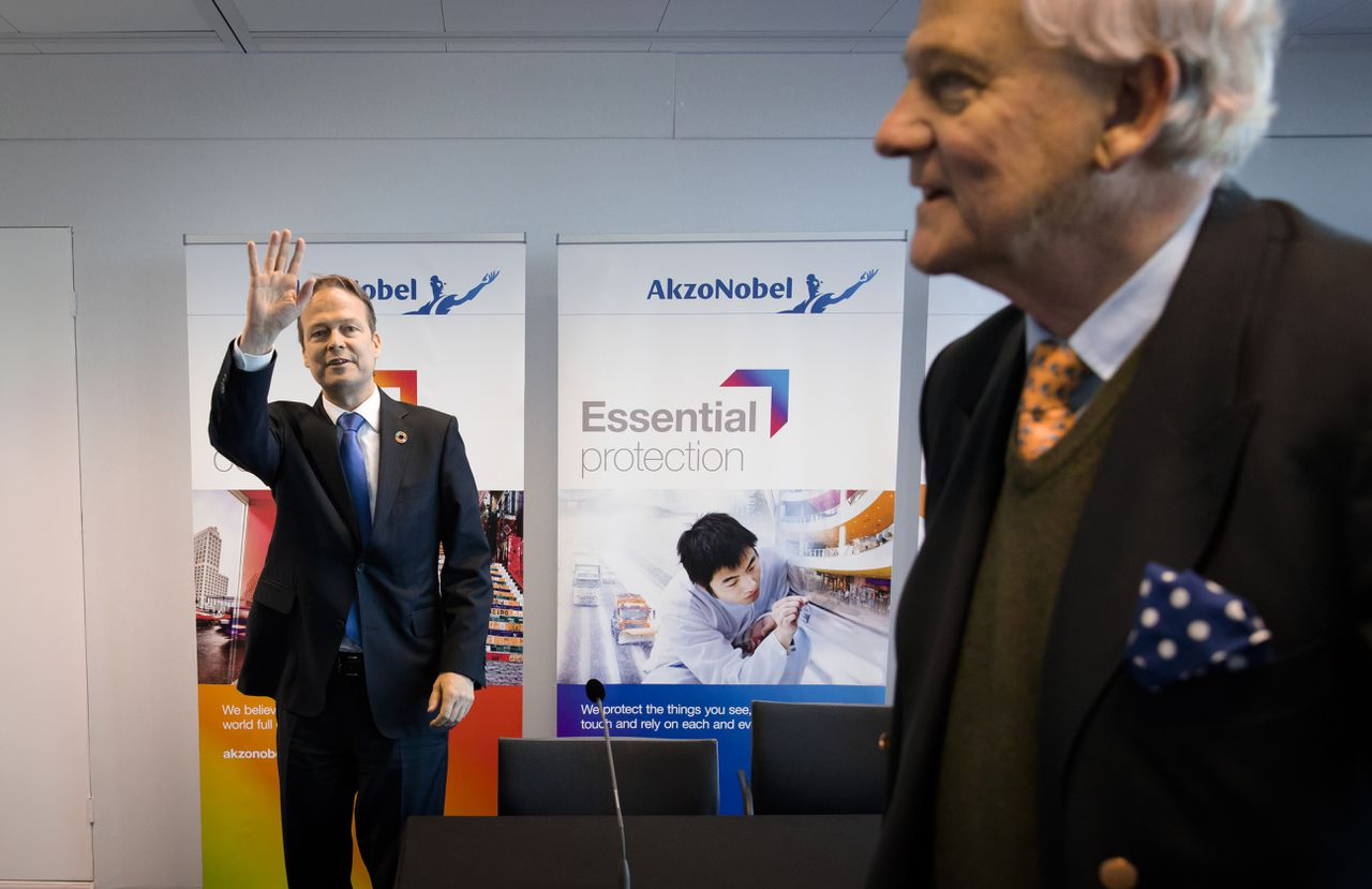 Bestuursvoorzitter Ton Buchner en de voorzitter van de Raad van Commissarissen Antony Burgmans (rechts) van AkzoNobel, na de aandeelhoudersvergadering in april
