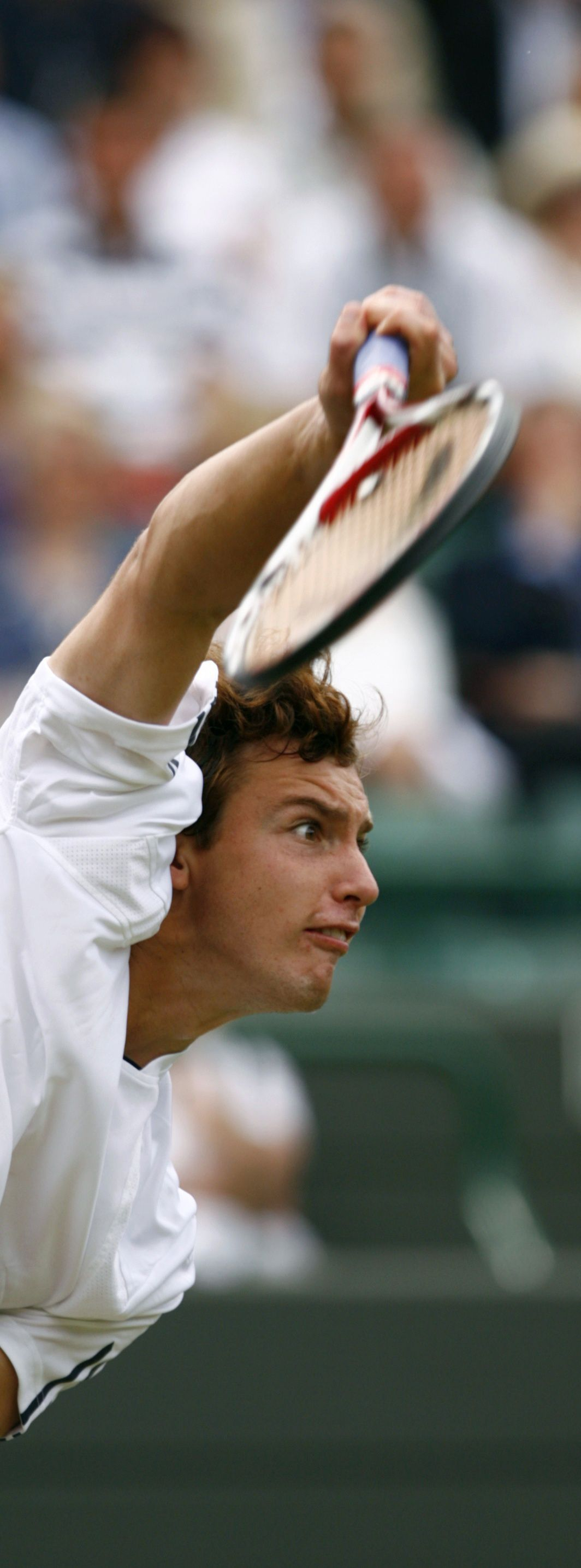 Ernests Gulbis serveert. Hij verraste Nadal met zijn spel. Foto Reuters Ernests Gulbis of Latvia serves to Rafael Nadal of Spain during their match at the Wimbledon tennis championships in London June 26, 2008. REUTERS/Kevin Lamarque (BRITAIN)