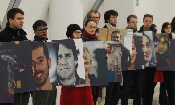 Steunbetuiging in Warschau voor de gevangen Greenpeace-activisten.