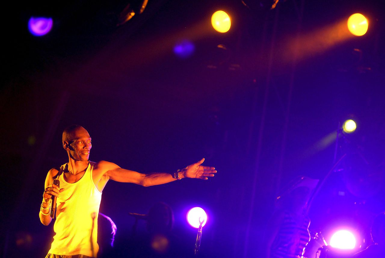 epa01139891 Maxwell Fraser of the British group Faithless performs on the stage during the Yue Music Festival at the Zhongshan Park in Shanghai, China, 05 October 2007. Shanghai is the final concert of the Faithless world tour. EPA/WENHAO YU