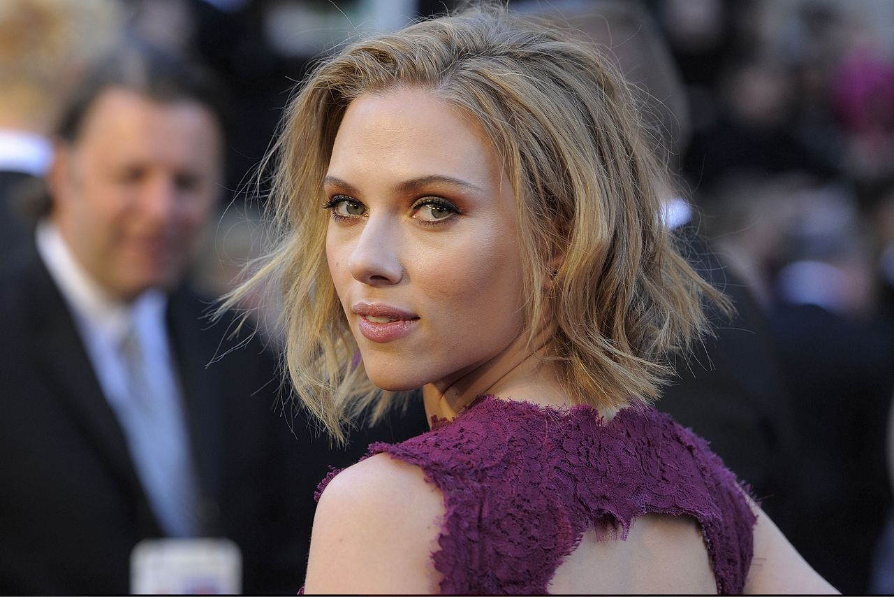 Scarlett Johansson arrives before the 83rd Academy Awards on Sunday, Feb. 27, 2011, in the Hollywood section of Los Angeles. (AP Photo/Chris Pizzello)