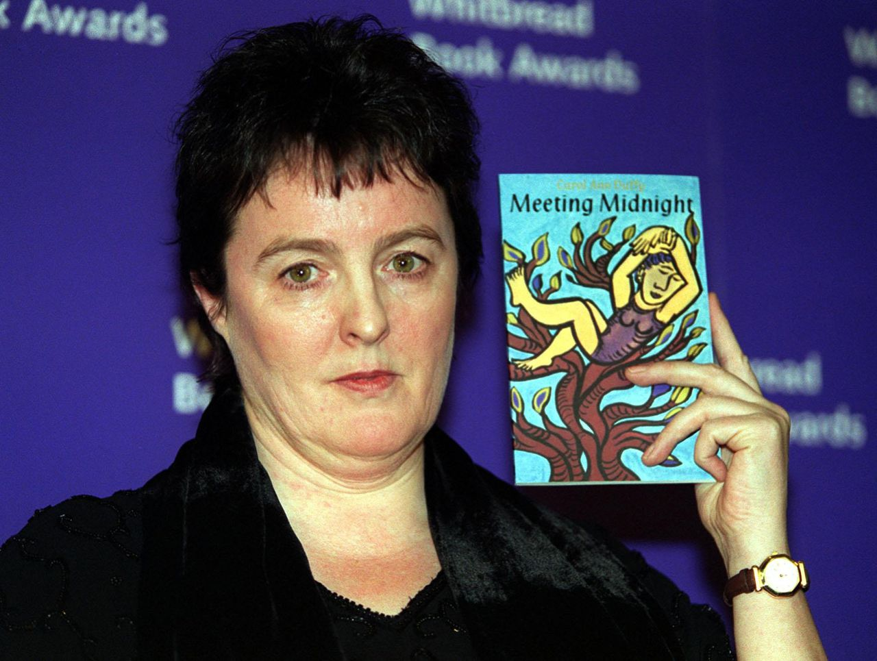 "Carol Ann Duffy (Foto AP) FILE - Poet and writer Carol Ann Duffy poses with her book 'Meeting Midnight', in this Jan. 25, 2000 file photo. Britain Friday May 1, 2009, awarded the role of national poet laureate to Duffy - the first woman to hold a post that has been filled by William Wordsworth, Alfred, Lord Tennyson and Ted Hughes. A witty and popular writer whose work is widely taught in British schools, Duffy is also the first openly gay laureate. Duffy said she had thought ""long and hard"" before accepting the job, which now has a 10-year term.(AP Photo/Michael Crabtree-pa, file) **UNITED KINGDOM OUT: NO SALES: NO ARCHIVE:"