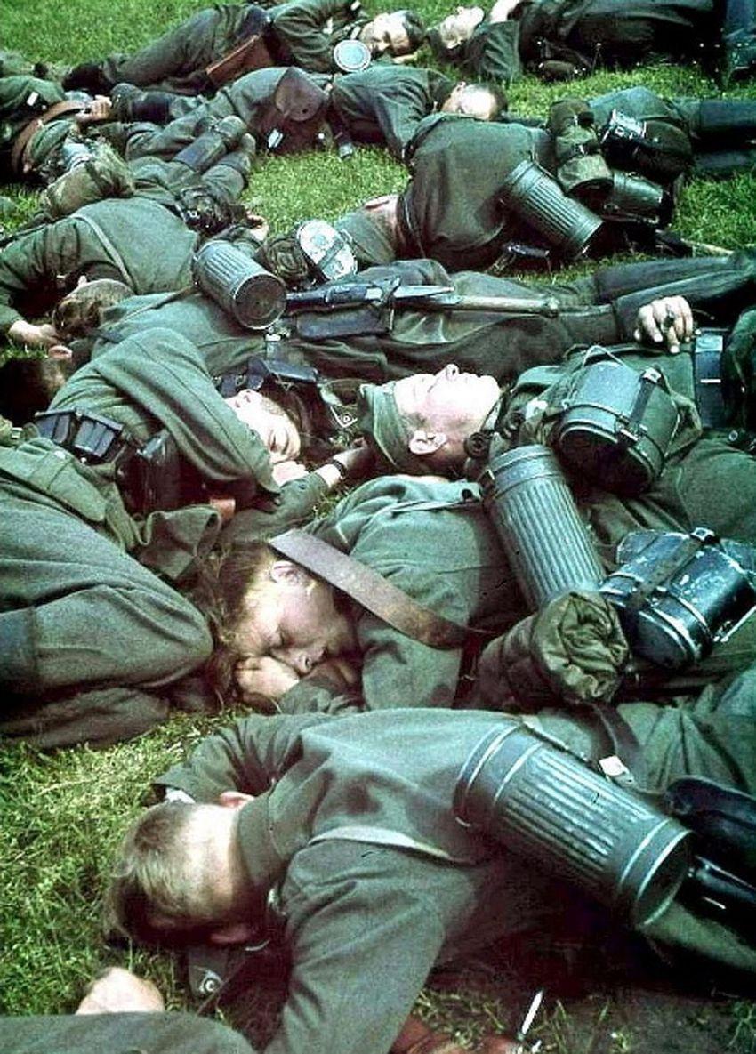 Duitse soldaten rusten uit op weg van Nederland naar België in mei 1940 Foto Pictureshistory