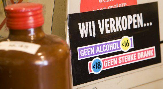De Eerste Kamer heeft vanmiddag ingestemd met de verhoging van de leeftijdsgrens voor de consumptie van alcohol, die van 16 naar 18 jaar gaat.