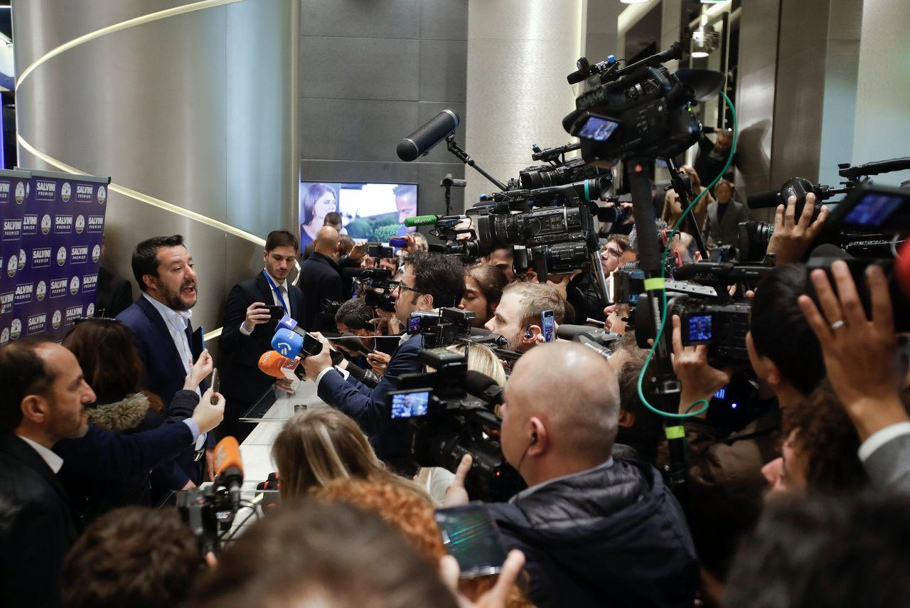 Matteo Salvini in gesprek met journalisten na zijn persconferentie in Milaan.