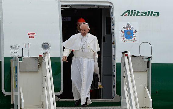 Paus Franciscus komt aan op het internationale vliegveld van Rome na zijn reis door Brazilië.