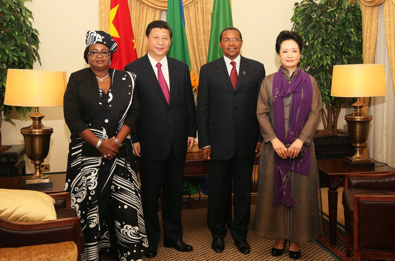 (L to R) Tanzania's First Lady Salma Kikwete, Chinese President Xi Jinping, Tanzanian President Jakaya Kikwete and the First Lady of China Peng Liyuan pose at State House in Dar Es Salaam, Tanzania on March 24, 2013. Xi Jinping and and China's First Lady Peng Liyuan are on a two day visit to Tanzania, their first stop in Africa as part of an international trip. AFP PHOTO/JOHN LUKUWI