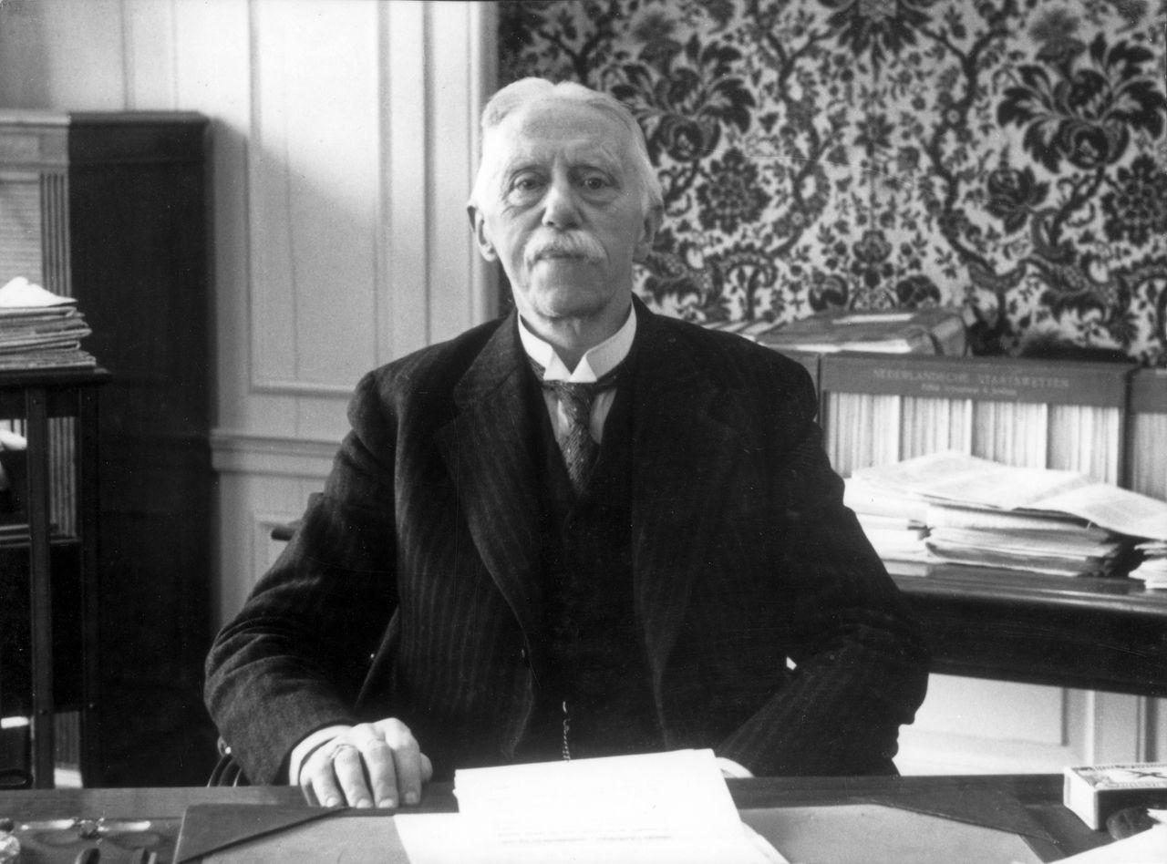 [Oud-] minister-president jonkheer Dirk-Jan de Geer achter zijn bureau. Hij regeerde van 8 maart 1926 t/m 10 augustus 1929. zonder jaartal.;