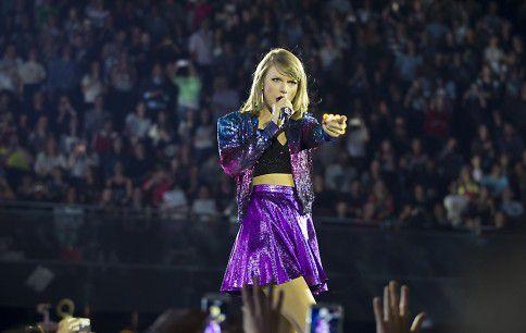 De Amerikaanse popzangeres Taylor Swift doet een uitverkochte Ziggo Dome aan tijdens haar 1989 World Tour.