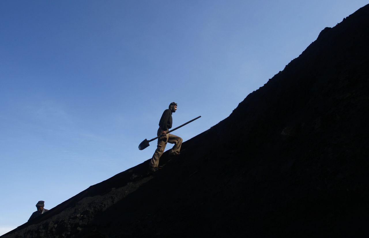 De Afghaanse mijn Karkar, waar 280 mensen werken, produceert circa 100 ton steenkool per dag. Foto Reuters Mijnwerker;Steenkoolmijn; Open Mijnbouw An Afghan miner works at the Karkar coal mine in Pul-i-Kumri, about 170km north of Kabul, March 8, 2009. The Karkar mine, which hires 280 workers, produces about 100 tonnes of coal a day. The salary for a miner ranges from $70 to $110 per month. REUTERS/Ahmad Masood (AFGHANISTAN ENVIRONMENT BUSINESS SOCIETY ENERGY)
