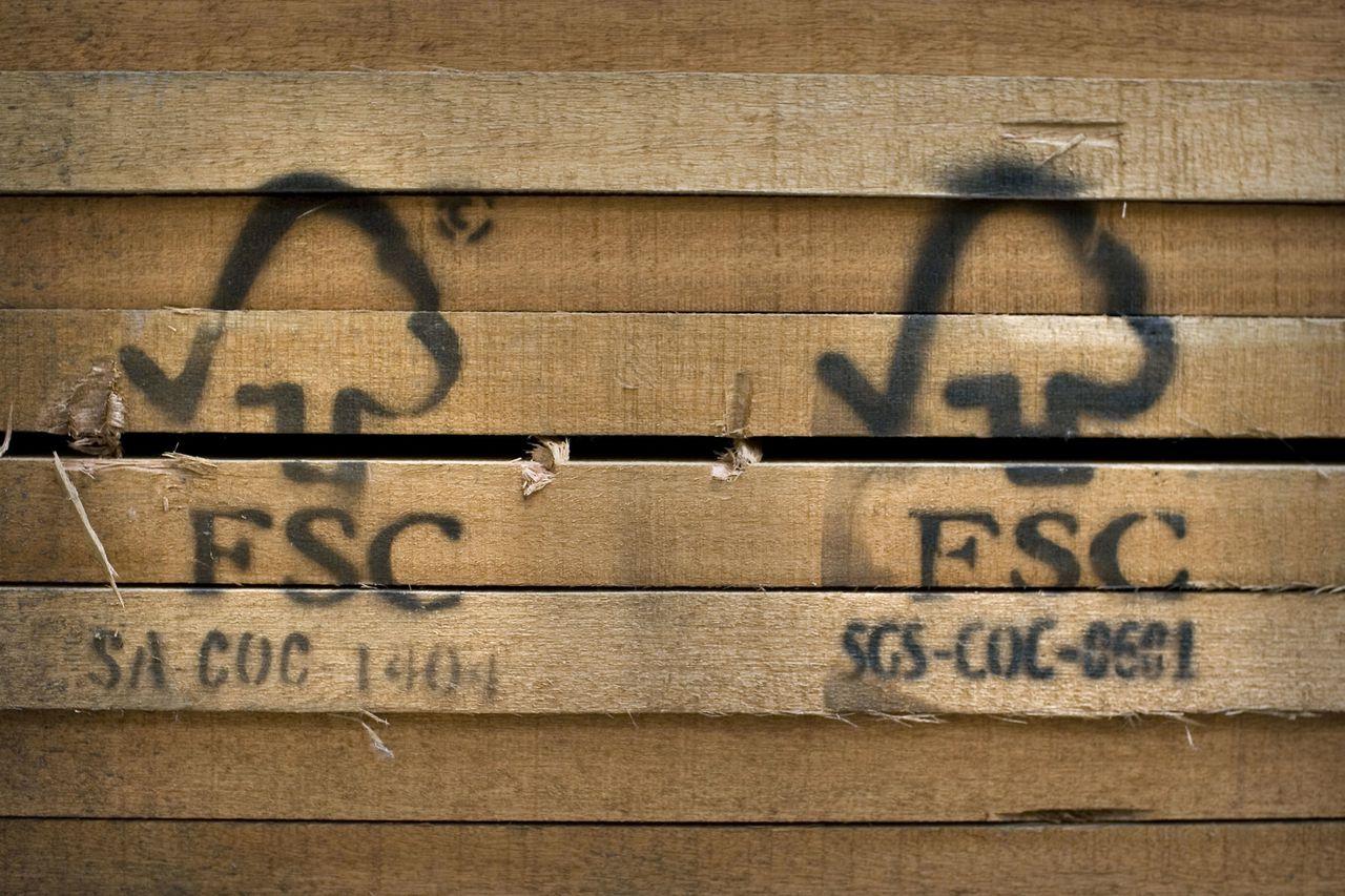 Het FSC-keurmerk is voor legaal gekapt hout. (Foto Merlin Daleman) Nederland, Zaltbommel, 07-06-07 Duurzaam hout met FSC keurmerk. van Bruchem hout onderdeel van Doorwin Duurzaam Hout. © Foto Merlin Daleman