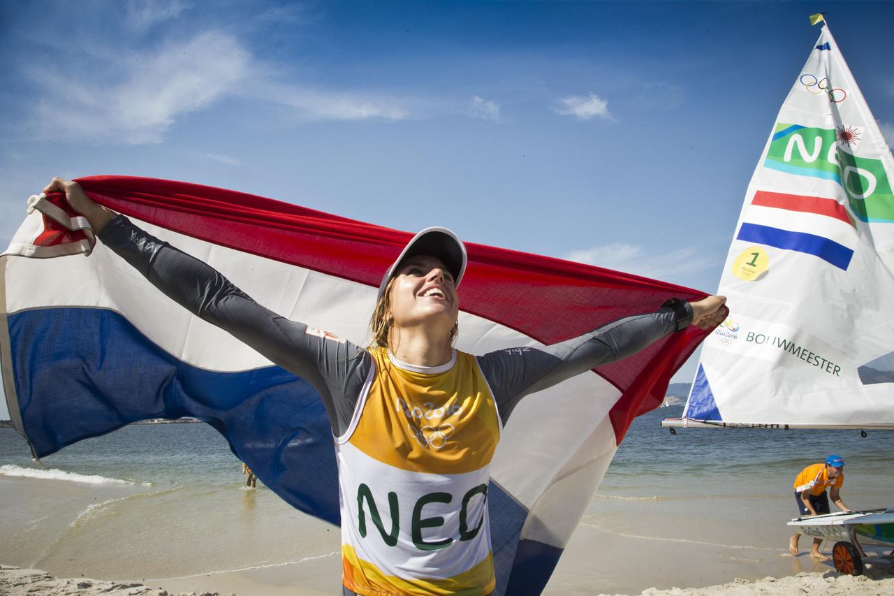 Marit Bouwmeester viert haar overwinning.