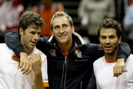 Robin Haase (links), Thiemo de Bakker (midden) en Jean-Julien Rojer afgelopen weekend na het zeker stellen van de winst tegen Oostenrijk.