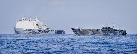 Nederlandse mariniers patrouilleren op een landingsvaartuig in het gebied rond Somalië in het kader van de operatie Atalanta, een missie van de Europese Unie om de piraterij te stoppen voor de Somalische kust.