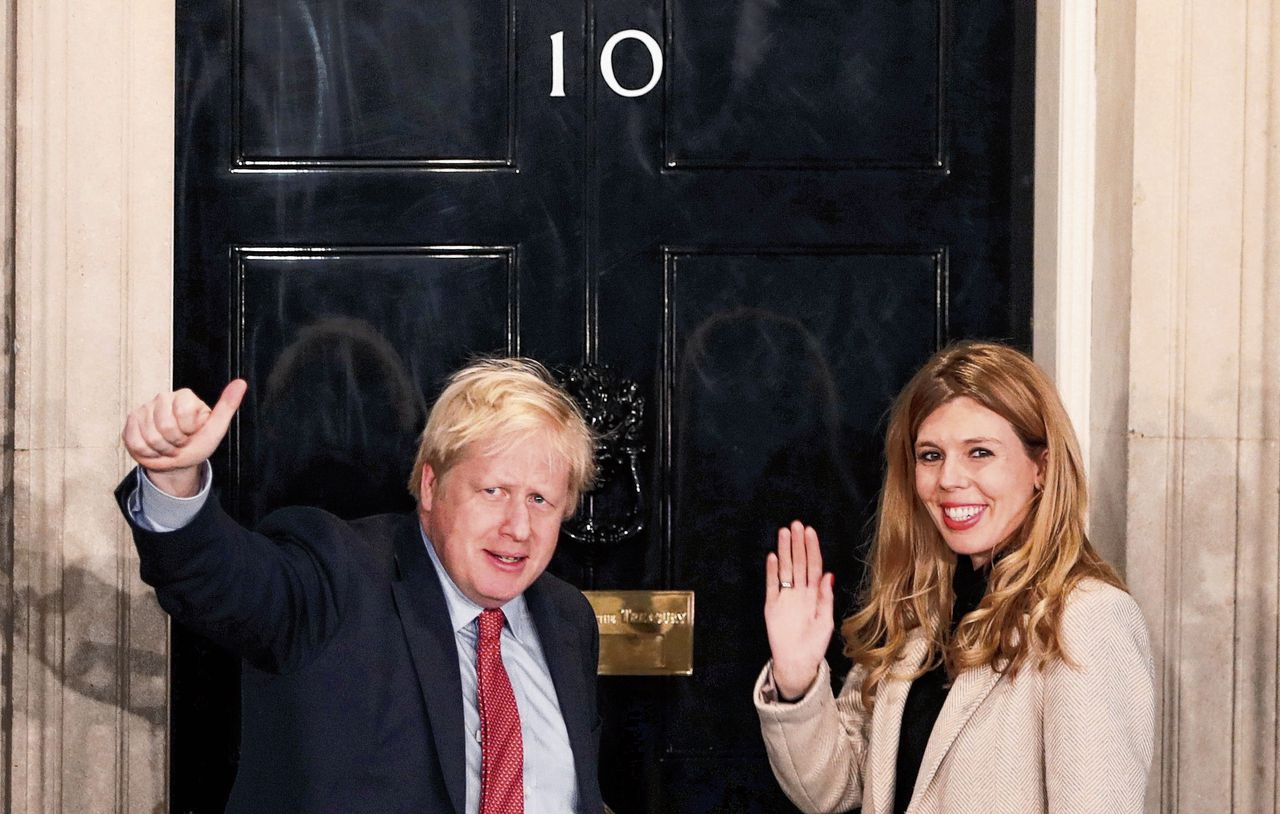 Premier Boris Johnson en zijn partner Carrie Symonds arriveren kort na de verkiezingsuitslag bij Downing Street.