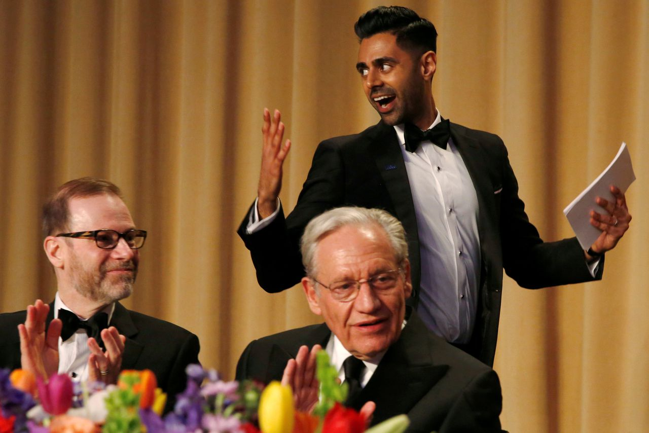 Presentator Hasan Minhaj van Comedy Central loopt langs de hoofdredacteur van Reuters Steve Adler (links) en voormalig Washington Post journalist Bob Woordward.