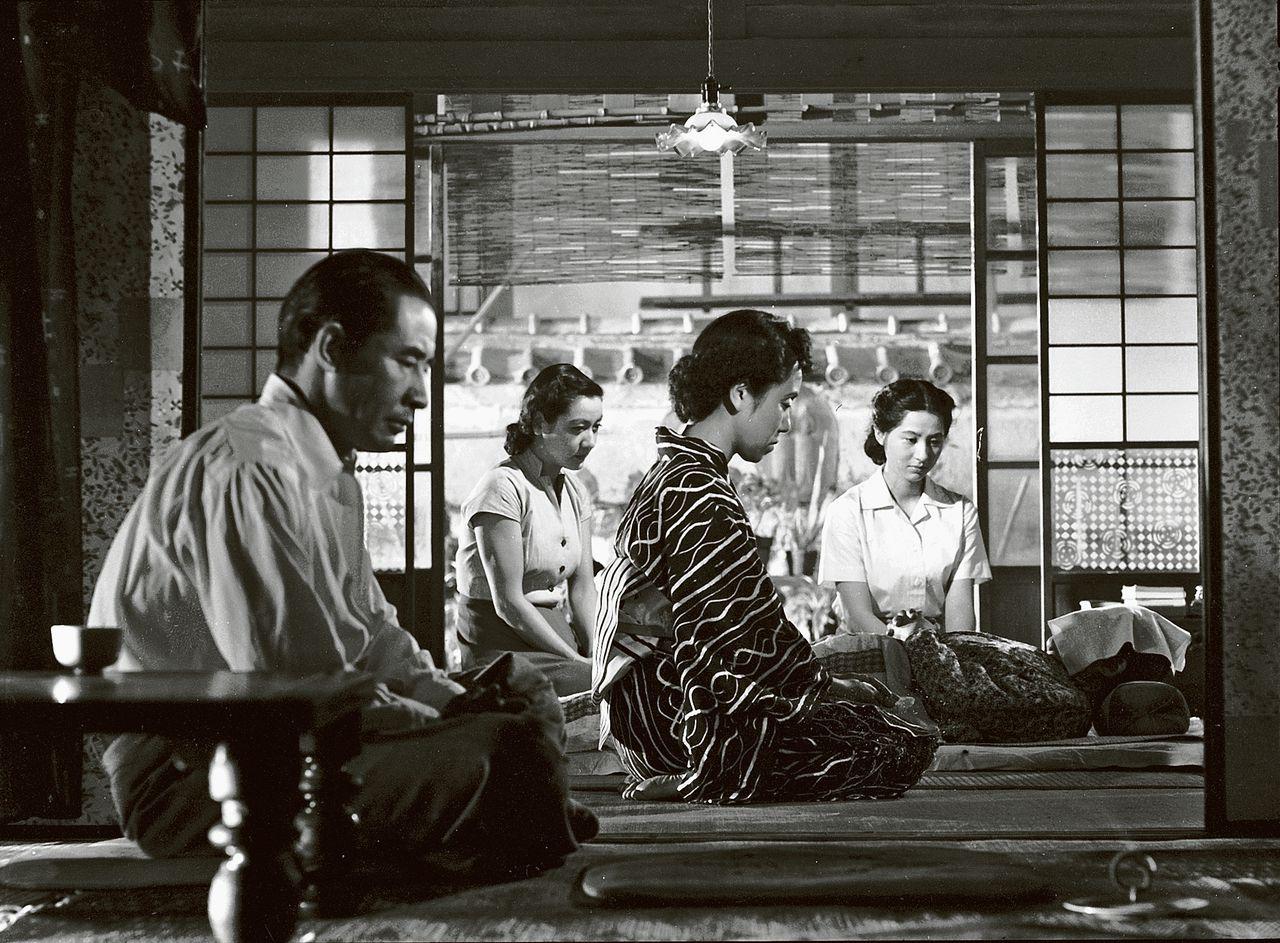 De karakteristieke cameravoering van Ozu, waarbij scenes zijn gefilmd vanaf de ooghoogte van iemand die in gehurkte positie op een tatami-mat zit in zijn klassieker Tokyo Story.