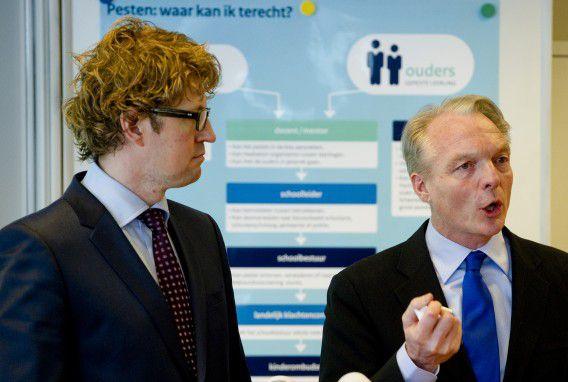 Staatssecretaris Sander Dekker (links) van Onderwijs en Kinderombudsman Marc Dullaert op het Heldring-vmbo tijdens de presentatie van hun plan van aanpak tegen pesten in maart van dit jaar.