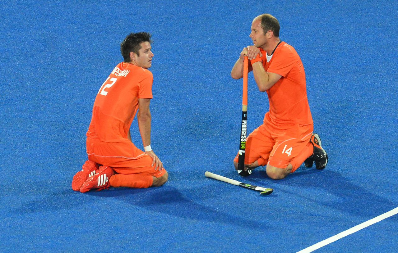 The Netherands' Robbert Kemperman (L) and Teun De Nooijer react after the men's field hockey gold medal match Germany vs the Netherlands at the London 2012 Olympic Games in London on August 11, 2012. AFP PHOTO / INDRANIL MUKHERJEE