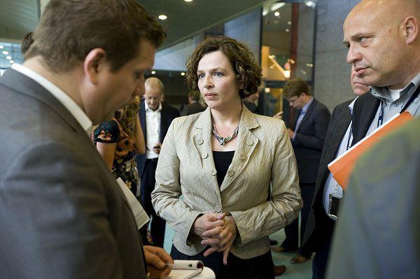 """WFA41T:VRAGENUUR TK:DEN HAAG;31MAY2011-WFA00: Minister van Volksgezondheid, Welzijn en Sport, Edith Schippers beantwoordt vragen van de pers na afloop van het vragenuur dinsdag in de Tweede Kamer in Den Haag. De minister verantwoordde zich eerder over het bericht """"Ehec bacterie ook op Nederlandse komkommer"""". WFA/ck/str. Caroline KoningWFA/ck/str.Caroline Koning"""