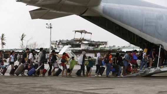 Inwoners van de Filippijnen worden geëvacueerd naar een ander deel van het land vanuit de verwoeste stad Tacloban.