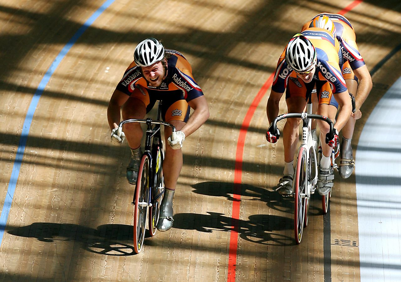 Teun Mulder, Theo Bos en Tim Veldt (vlnr) bij een wereldbekerwedstrijd vorige maand in Sydney. Foto AFP (L to R) Teun Mulder, Theo Bos and Tim Veldt of The Netherlands power their way to gold in the men's team sprint final at the UCI Track Cycling World Cup in Sydney, 05 March 2006. AFP PHOTO/Greg WOOD