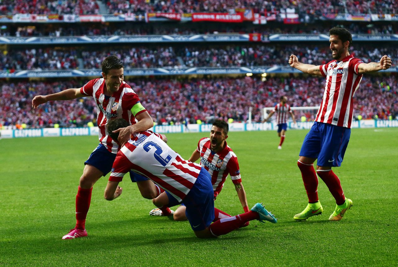epa04223168 Atletico Madrid's Diego Godin (2-L) celebrates with his teammates Gabi (L), David Villa (2-R) and Raul Garcia (R) after scoring the 1-0 lead during the UEFA Champions League final between Real Madrid and Atletico Madrid at Luz Stadium in Lisbon, Portugal, 24 May 2014. EPA/JOSE SENA GOULAO