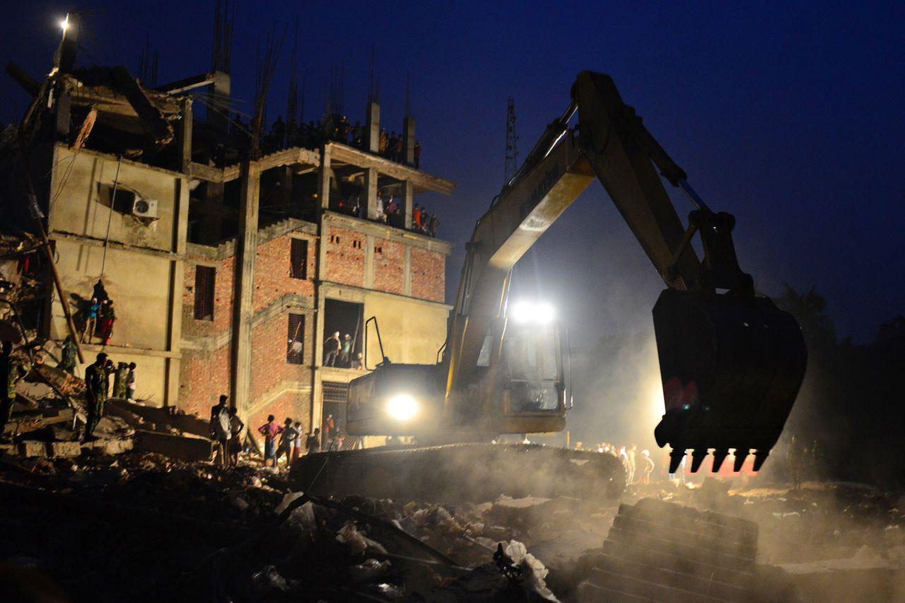 Archieffoto van 26 april: er wordt gezocht naar lichamen in de resten van het ingestorte gebouw.