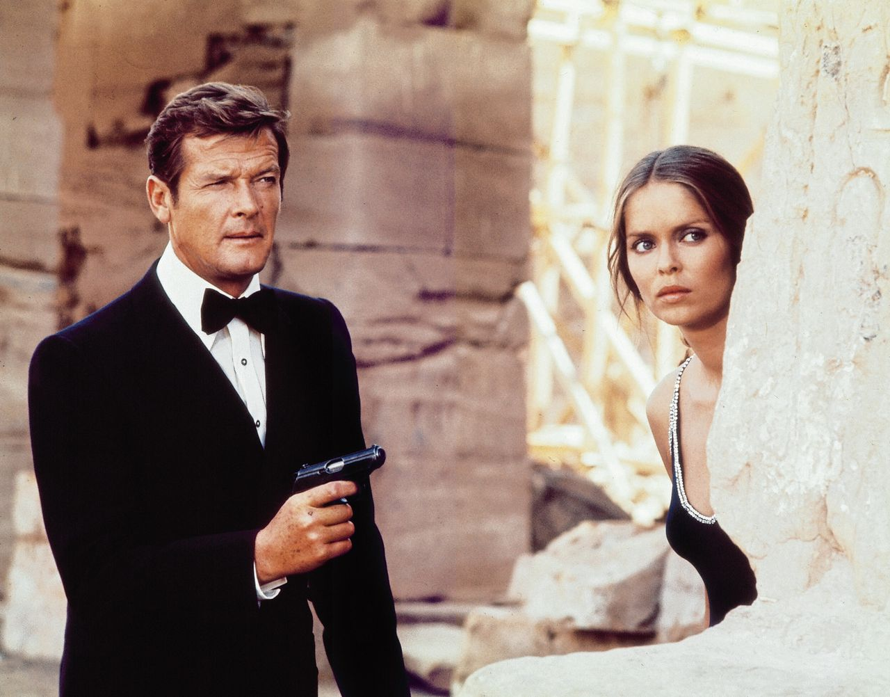 Moore als James Bond met Barbara Bach in The Spy Who Loved Me, (1977). United Artists / Photofest