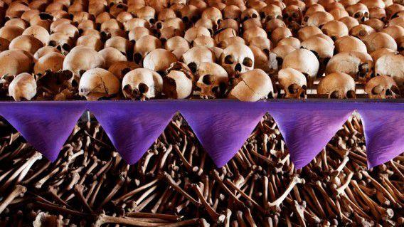 Schedels en beenderen als gedenkplek in een kerk nabij de hoofdstad Kigali. In 1994 scholen vijfduizend Tutsi's, voornamelijk vrouwen en kinderen, bij de kerk maar zij werden met granaten, knuppels en machetes gedood.