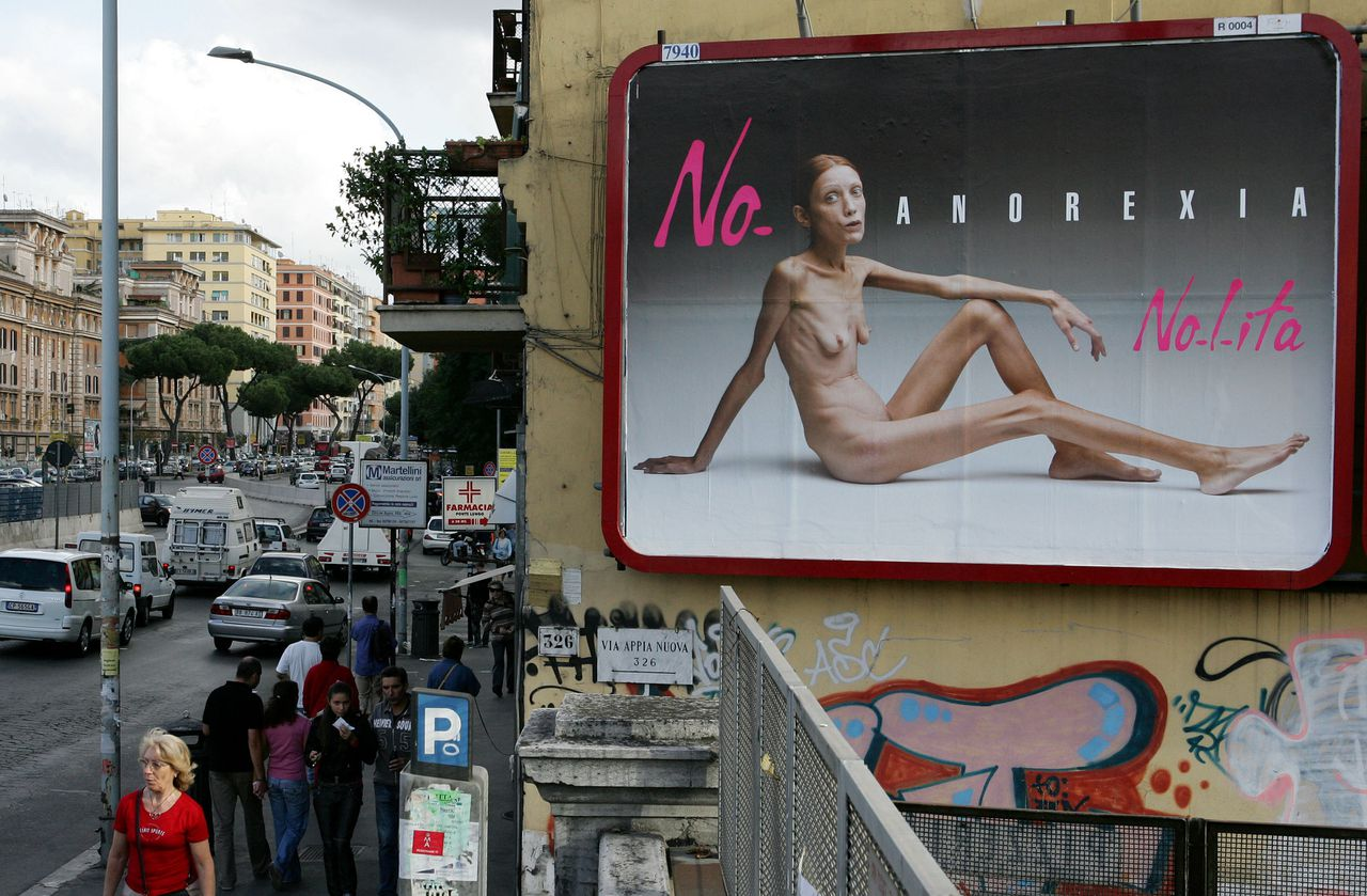 (FILES) - A file picture taken on September 26, 2007 in Rome shows an Italian advertising campaign featuring French actress and model sufferering of anorexia Isabelle Caro, photographed by Italian photographer Oliviero Toscani. Caro died on November 17, 2010 delcared the Swiss internet website 20 Minutes.ch, while a friend of her, swiss singer Vincent Bigler announced she died late December 17. AFP PHOTO / ANDREAS SOLARO