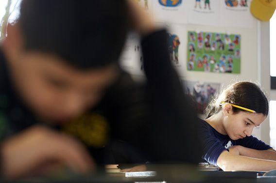 Een leerling van de Prinses Marijkeschool (geen Montessorischool) buigt zich over de opgaven van de Cito-toets.