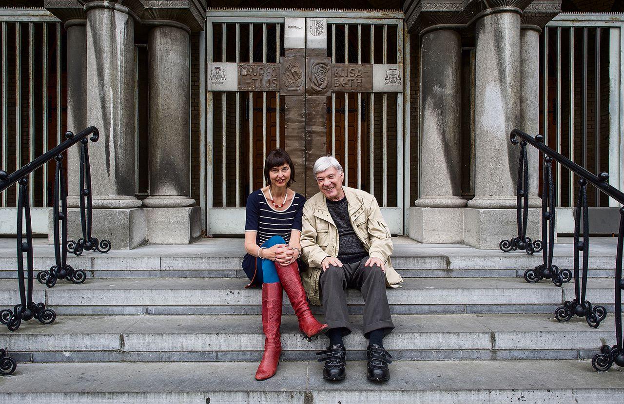 Overlevende Jack Prins en vertaler Iris van der Lee voor de HH. Laurentius- en Elisabethkathedraal. De twee ontmoetten elkaar in een trein in Mexico.