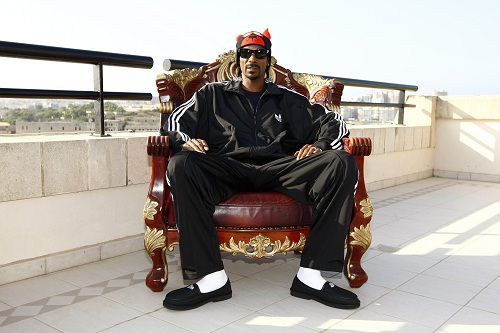 "U.S. rapper Snoop Dogg poses before the ""Isle of MTV Malta Special"" concert in Floriana, outside Valletta, June 30, 2011. REUTERS/Darrin Zammit Lupi (MALTA - Tags: ENTERTAINMENT) MALTA OUT. NO COMMERCIAL OR EDITORIAL SALES IN MALTA"