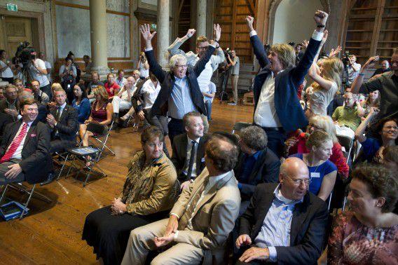 De burgemeester van Leeuwarden Ferd Crone (midden) juicht na de bekendmaking van de verkiezing van de Culturele Hoofdstad van Europa 2018.